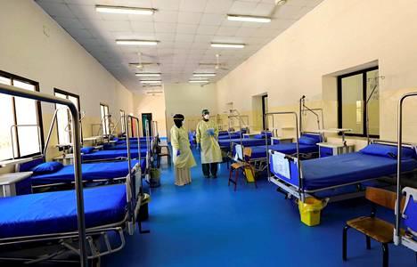 Somalialainen lääkäri ja sairaanhoitaja valmistelevat osastoa koronaviruspotilaille Martini sairaalassa Mogadishussa Somaliassa.