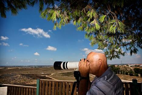 Kuvia Gazan pommituksista napsinut israelilainen Izak Mana oli saapunut Israelin puolella sijaitsevalle kukkulalle poikansa Ron Manan kanssa.