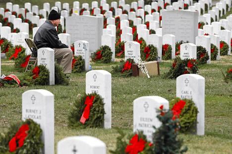 Philip Tczylowski istui poikansa Jeffrey Philip Toczylowskin haudalla Arlingtonissa Yhdysvalloissa viime viikon perjantaina.