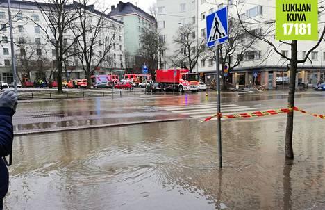 Putkirikko Sörnäisissä sai Helsinginkadun tulvimaan lauantaina.