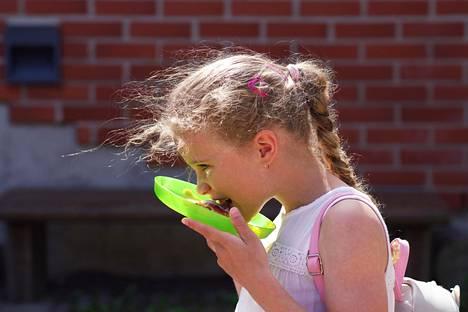 Jälkiruoaksi Pepita Sundgren, 8, söi muurinpohjalettuja ja mansikka-vadelmahilloa.