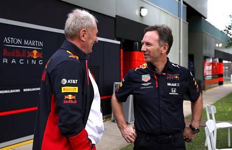 Christian Horner (oik.) varikolla ennen peruuntunutta Australian osakilpailua toisen suorasanaisen Red Bull -päällikön Helmut Markon kanssa.
