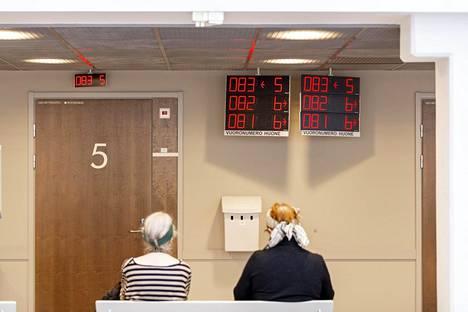 Espoossa Tapiolan terveysasemalla odotettiin helmikuun alussa pääsyä vastaanotolle. Viime viikkoina lääkärikäynnit terveyskeskuksissa ovat vähentyneet huomattavasti, ja sama ilmiö on huomattu sairaaloiden päivystyksissä.