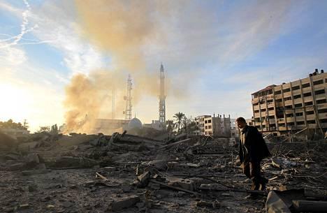 Palestiinalaismies käveli sisäisen turvallisuuden ministeriön rakennuksen raunioissa Gazassa keskiviikkona.