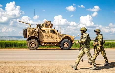 Venäläiset sotilaat ohittivat yhdysvaltalaisen sotilasajoneuvon Kamishlin lähellä Syyriassa toukokuun alussa.