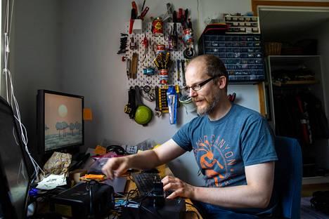 Etä kokoustaminen ei   taivu kokeellisen fysiikan tutkijan työhön, sanoo   Juha Koivisto.