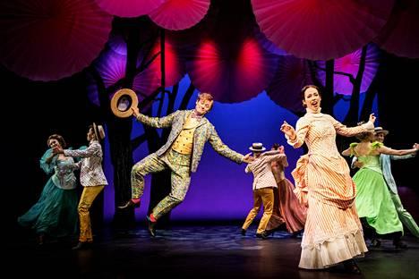 Denny Lekström ja Josefin Silén ovat häikäsevän monipuolisia musikaaliartisteja ja onnistuvat luomaan näyttämölle maagisen maailman Mary Poppinsin ja nokikolari Bertin rooleissaan.