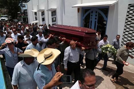 Murhatun PRI-puolueen kongressiehdokkaan Abel Montúfar Mendozan arkkua kannettiin hautajaisissa 10. toukokuuta Chilpancingossa Meksikossa.