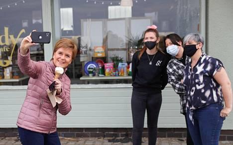 Skotlannin pääministeri Nicola Sturgeon otti selfie-kuvia kampanjatilaisuudessa Ayrissa Lounais-Skotlannin rannikolla 19. huhtikuuta.