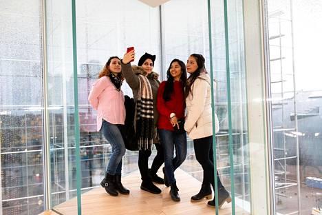 Oodin eteläkulmasta löytyy päätähuimaava lasiseinäinen nurkka, jonne rohkeat voivat nousta ottamaan esimerkiksi selfien. Stadin ammattiopiston opiskelijat Sahide Kara, Fatema Ammo, Virginia Braz ja Ramandeep Kaur ottivat oman kuvansa kulmassa kirjaston avajaispäivänä.