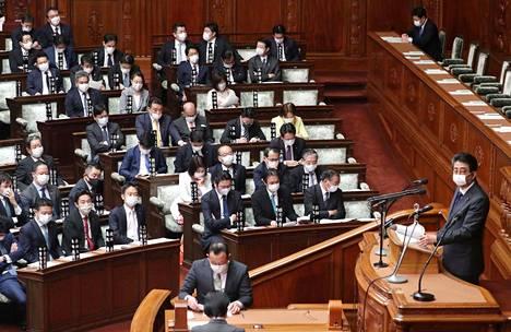 Pääministeri Shinzo Abe puhui kasvosuojus yllään Japanin parlamentin alahuoneessa torstaina.