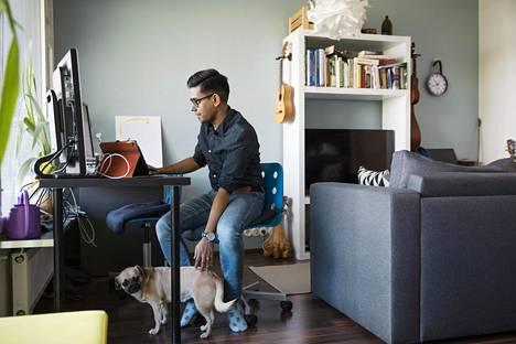 It-alan insinööri Bidyut Bikash Baruah tuli Suomeen alun perin Vaasaan työkomennukselle intialaisen it-yrityksen lähettämänä. Nyt Baruah asuu Espoossa tulevan vaimonsa sekä Molly-koiransa kanssa.