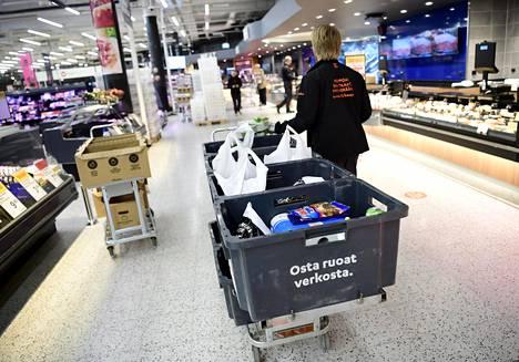 K-Citymarketin työntekjä keräsi ruokatilauksia kauppakeskus Iso Omenan K-Citymarketissa Espoossa huhtikuussa.