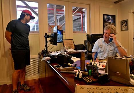 Puutarhayrityksen omistava Scott Lewis toimistossaan järjestelemässä avustuslentoja.