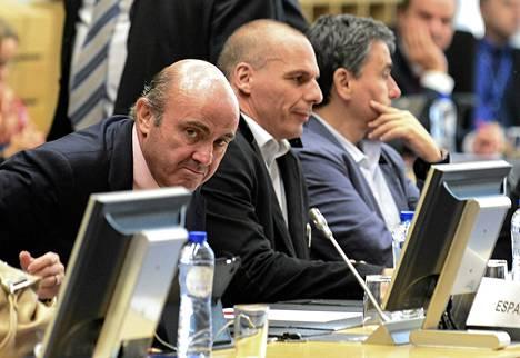 Espanjan valtiovarainministeri Montoro Romero (vas.) ja Kreikan Gianis Varoufakis euroministereiden kokouksessa Brysselissä keskiviikkoiltana.