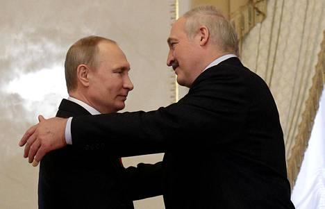 Venäjän presidentti Vladimir Putin tapasi Valko-Venäjän presidentin Aljaksandr Lukašenkan Pietarissa maanantaina.