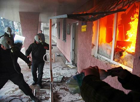 Kaasunaamareita pitävät protestoijat valtasivat poliisiaseman Horlivkassa Itä-Ukrainassa maanantaina.