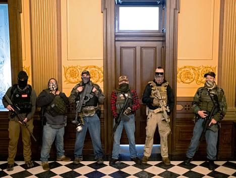 Aseistunut joukko tunkeutui Michiganin kongressitalolle Lansingissa huhtikuussa 2020.