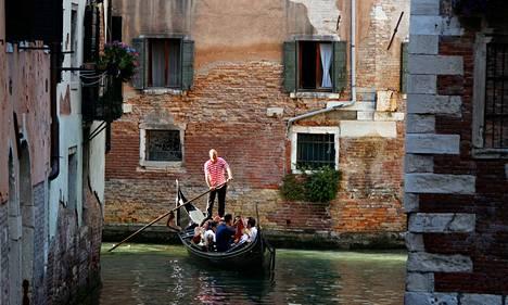 Gondolieeri souti venettään kanavassa Venetsiassa kesäkuussa 2012.