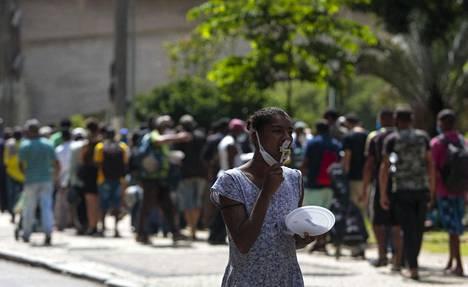 Kodittomat ihmiset jonottivat ruokaa São Paulossa tiistaina. Kodittomien määrä on lisääntynyt merkittävästi pandemian aikana.