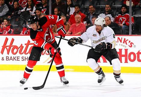 Teemu Selänne ahdisteli New Jersey Devilsin Marek Zidlickyä.