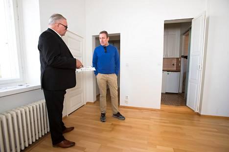 New Yorkissa asuva konsultti Asko Ahokas oli katsomassa pientä kaksiota Kruununhaassa. Matti Lehtelä myi 32 neliön asunnon lopulta 250 000 eurolla, vaikka putkiremontti on pian edessä.