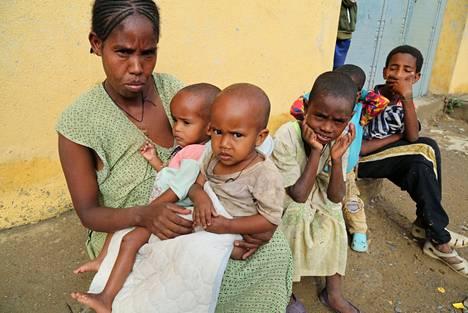 Tigrayn alueelta Etiopiasta on saatavilla vain niukasti kuvamateriaalia saarron vuoksi. Yksinhuoltaja Tsegy Kiday, 34, istui lastensa kanssa Nebeletissä Tigrayssa heinäkuussa.