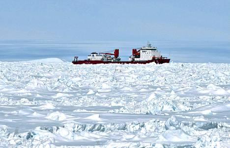 Xue Long kuvattuna 2. tammikuuta myös jäihin jumittuneen Aurora Australis -aluksen kannelta.