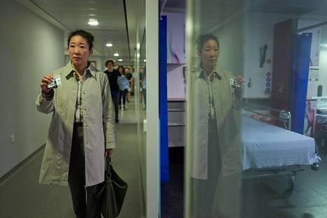 MI5:n riviagentti Eve Polastri (Sandra Oh) ottaa työnsä rennosti – kunnes eteen tulee tapaus, josta tulee hänelle pakkomielle.