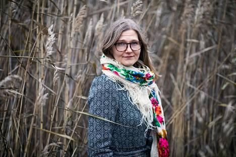 """""""Erilaisissa kriiseissä ja murrostilanteissa olen automaattisesti alkanut kertoa itseästäni tarinaa, jossa olen selviytyjä"""", kertoo Annastina Storm."""