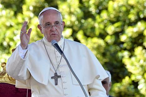 Paavi puhui lauantaina Etelä-Italiassa.