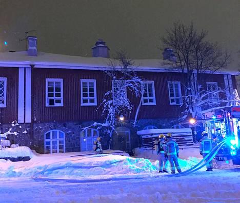 Pelastuslaitoksen palomiehet sammuttamassa Käpylän työväentalossa syttynyttä paloa keskiviikkoiltana.