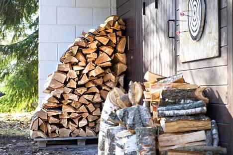 Puunpolton suosio on Suomessa entisestään kasvanut. Polttopuiden kuivatusta Lohjalla.
