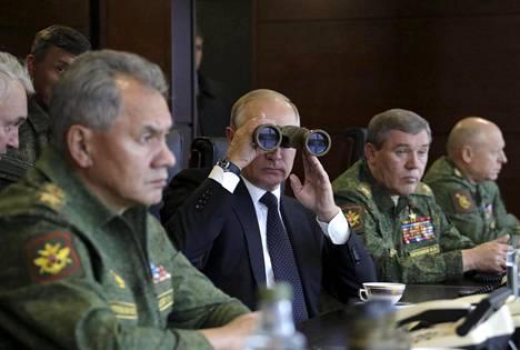 Venäjän presidentti Vladimir Putin ja puolustusministeri Sergei Šoigu (vas.) seurasivat sotaharjoitusta maanantaina.