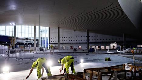 Lentoaseman uudessa sisääntuloaulassa katto on kuusipuuta ja lattia suomalaista graniittia.