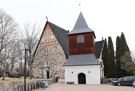 Espoon tuomiokirkko valaistaan uudenvuodenjuhlissa.