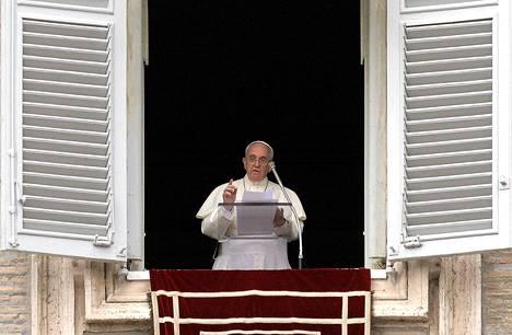 Paavi Franciscus työhuoneensa ikkunassa rukouksen aikana sunnuntaina Vatikaanin Pietarinaukiolla.