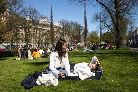 Daniela Holmberg (vas.) ja Nea Engberg Esplanadin puistossa.