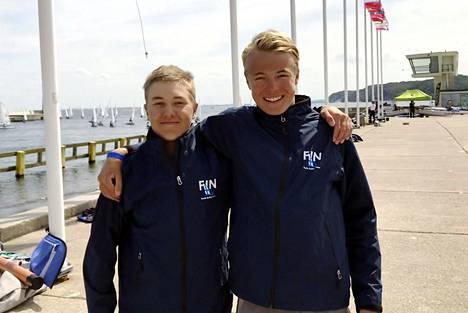 Ville Korhonen (vas.) ja Edvard Bremer sijoittuivat toiseksi World Sailingin Youth Worlds -kilpailun poikien 29er-luokassa Puolan Gdyniassa.