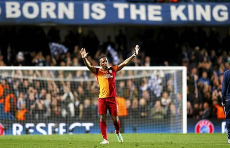 Didier Drogba tervehti vanhoja fanejaan Mestarien liigan ottelun jälkeen.