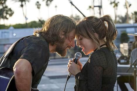 Jackson Maine (Bradlet Cooper) ja Ally (Lady Gaga) löytävät yhteisen sävelen.