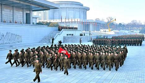 Pohjoiskorealaiset sotilaat marssivat Kim Jong-ilin muistopalatsilla.