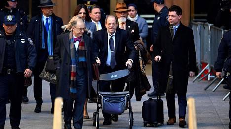 Elokuvatuottaja Harvey Weinstein jätti oikeustalon New Yorkissa rollaattorin avulla 21. helmikuuta 2020. Kolme päivää myöhemmin hänet tuomittiin syylliseksi.