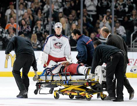 Columbus Blue Jacketsin Nick Foligno loukkasi päänsä NHL-ottelussa Los Angeles Kingsiä vastaan.