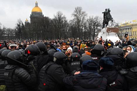 Mellakkapoliisi ja mielenosoittajat vastakkain Pietarissa lauantaina.