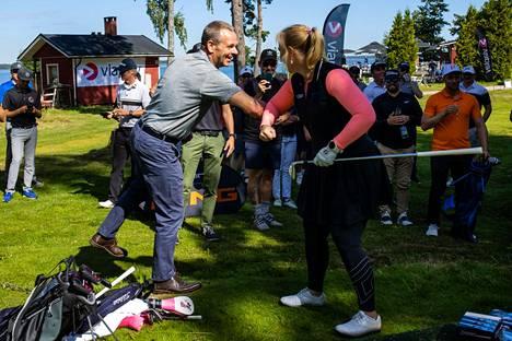 Jan Vapaavuori löi avauslyönnin Minea Blomqvist-Kakon kanssa Isosaaren golfkentällä kesällä 2020.