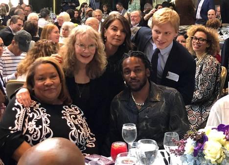 Räppäri Kendrick Lamar (keskellä istumassa) poseerasi toukokuussa 2018 Pulitzer-palkintoseremoniassa yhdessä toimittaja Ronan Farrow'n (oik.) ja tämän äidin, näyttelijä Mia Farrow'n (toinen vas.) kanssa.