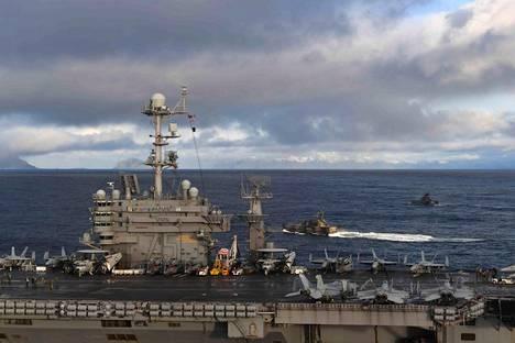 Yhdysvaltain laivaston lentotukialus USS Harry Truman ja kaksi Norjan laivaston korvettia harjoittelemassa Trident Juncture 2018 -sotaharjoituksessa Vestfjordernin edustalla Norjassa viime viikolla.