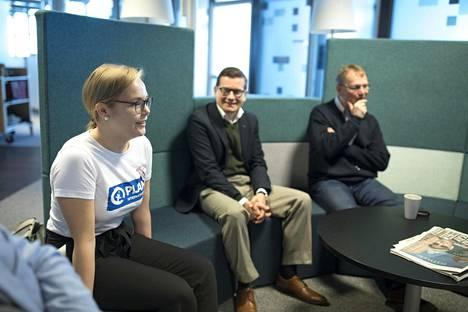 Sonja Korpelaisen päivä alkoi HS:n toimituksen aamukokouksella, jossa käydään läpi päivän uutistarjontaa. Vieressä vastaava päätoimittaja Kaius Niemi ja hallintopäällikkö Jaakko Lähteenmaa.