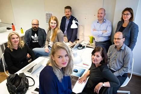 Mustread koolla. Kuvassa Anne Moilanen (vas), Heikki Pursiainen, Linda Pelkonen, Kaisa Saario, Erkka Railo, Ari Lämsä, Heidi Hammarsten, Roger Wessman ja Hanna Säntti.